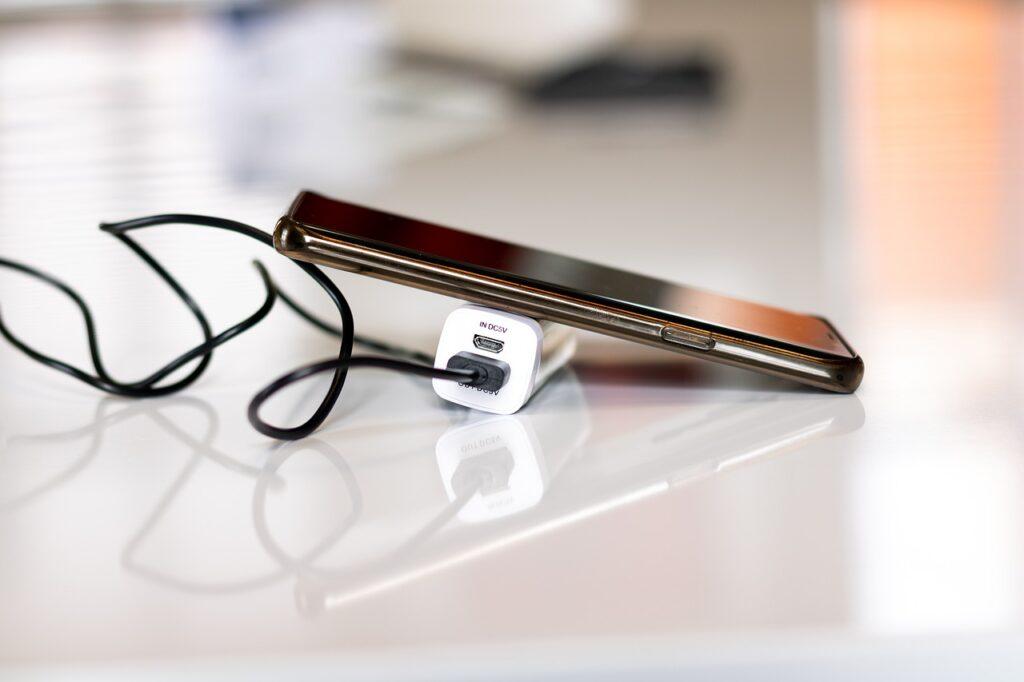 Powerbank kieszonkowy, ładujący telefon